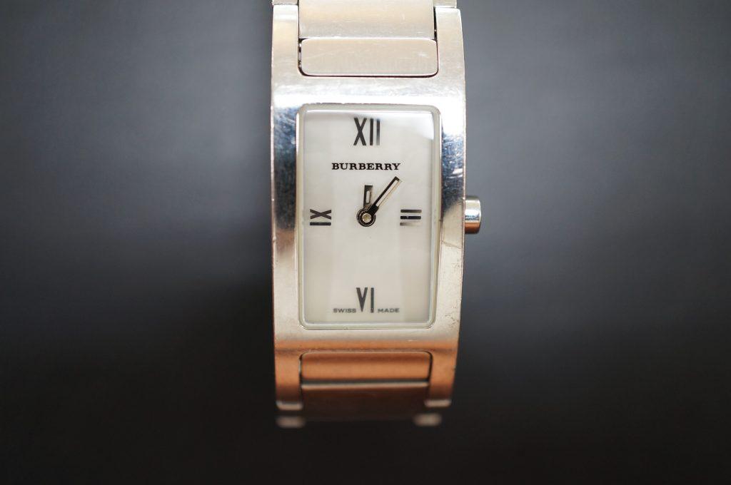 No.945  BURBERRY (バーバリー ) クォーツ腕時計を修理しました